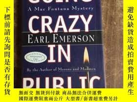 二手書博民逛書店Going罕見Crazy in Public: A Mac Fo