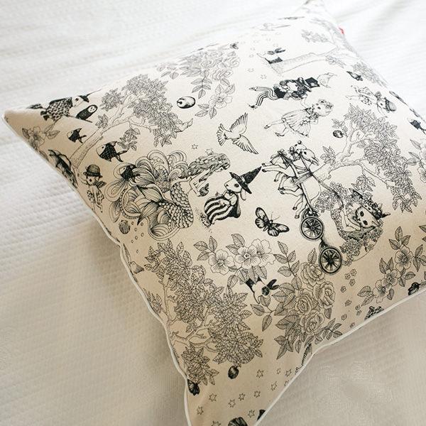 限量 方抱枕  Wonderland 白色   45cmX45cm 復古  碎花 台灣製