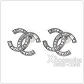 CHANEL 雙C LOGO珍珠水鑽鑲飾穿式耳環(銀)
