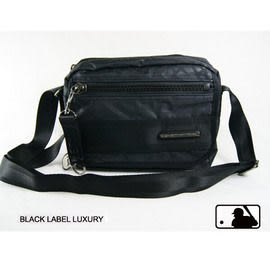 Backbager 背包族【MLB 美國大聯盟 洋基】低調的同色滿版YANKEES壓印微亮澤布面斜背包/側背包-黑色