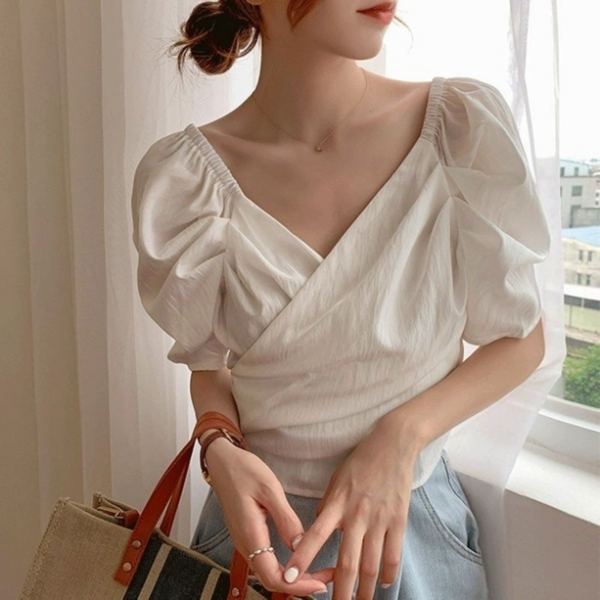 漂亮小媽咪 韓系 短版 V領【C2266】小心機 低胸 法式 性感 泡泡袖 短版 襯衫 上衣 女 短版襯衫 顯瘦