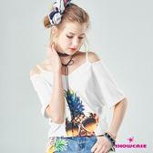 【SHOWCASE】V領細肩帶露肩個性鳳梨印花T恤(白)