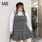 Miss38-(現貨)【A11497】大尺碼背心裙 小香風 黑底白格 時尚鑽扣 荷葉邊下擺 吊帶連身裙-中大尺碼