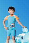 【 APPLE 】蘋果牌泳裝降價↘特賣~男童藍底猴子騎車配橘短袖二件式泳衣(彈性較小) 贈泳帽 NO.107201