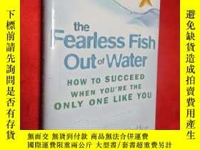 二手書博民逛書店The罕見Fearless Fish Out of Water: