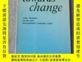 二手書博民逛書店Moving罕見Towards Change: Some Tho
