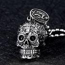 《QBOX 》FASHION 飾品【CBP8-256-4】精緻個性歐美十字架雕花骷顱頭鑄造鈦鋼墬子項鍊