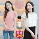 【五折價$399】糖罐子拼接洞洞蕾絲荷葉袖圓領上衣→預購【E58468】