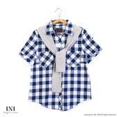 【INI】自在午後、日氛經典格紋領巾舒適上衣.深藍色