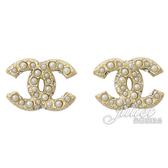 CHANEL A64766 珍珠水鑽鑲嵌雙C LOGO造型耳環.淡金 全新 現貨【茱麗葉精品】