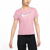 NIKE 短T DRI-FIT SWOOSH RUN 慢跑 粉色 女 (布魯克林) DD4899-630