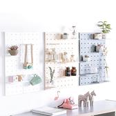 ✭慢思行✭【A022】洞洞牆面裝飾收納架 塑料  收納 客廳 廚房 臥室 隔板 壁掛 牆上置物架 佈置
