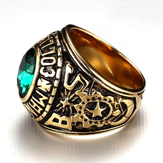 《 QBOX 》FASHION 飾品【QRC-210】精緻個性潮流經典綠鋯石金色鈦鋼戒指/戒環