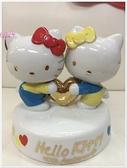 小花花日本精品♥Hello Kitty 40周年紀念 造型音樂擺飾 陶瓷娃娃 收藏 抱愛心11409601