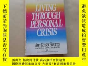 二手書博民逛書店Living罕見Through Personal CrisisY2931 Ann Kaiser Stearns