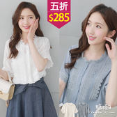 【五折價$285】糖罐子皺感拼接緹花排釦花邊領上衣→現貨【E50798】