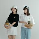 Queen Shop【01038775】清新鳳梨刺繡純棉上衣 兩色售*現+預*