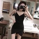 吊帶洋裝 2021新款蹦迪女裝性感V領黑色低胸吊帶裙春秋內搭打底褶皺連身裙 伊蒂斯