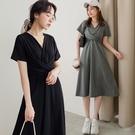 MIUSTAR 抓皺V領交叉扭結腰傘襬棉質洋裝(共2色)【NJ1049】預購
