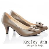 ★零碼出清★Keeley Ann 氣質素雅~珍珠鑲鑽蝴蝶結真皮中跟鞋(淺古啡色)