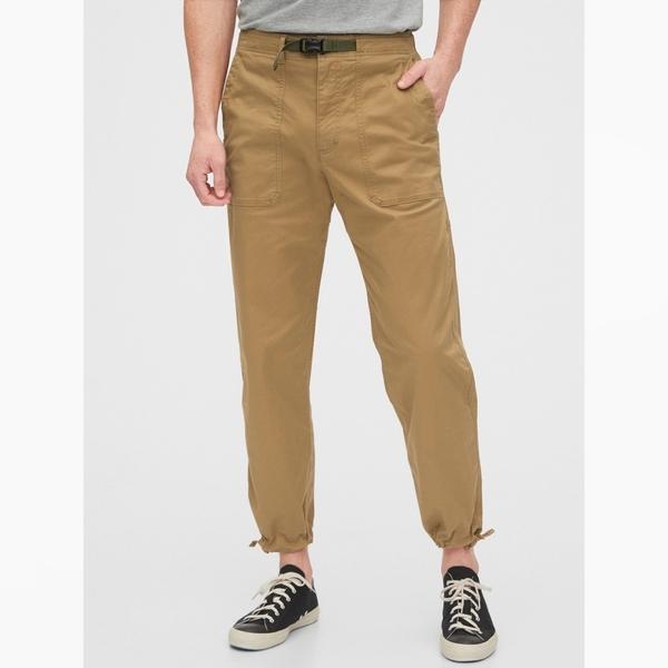 Gap男裝 工裝風格純色抽繩束口休閒褲 572194-黃褐色