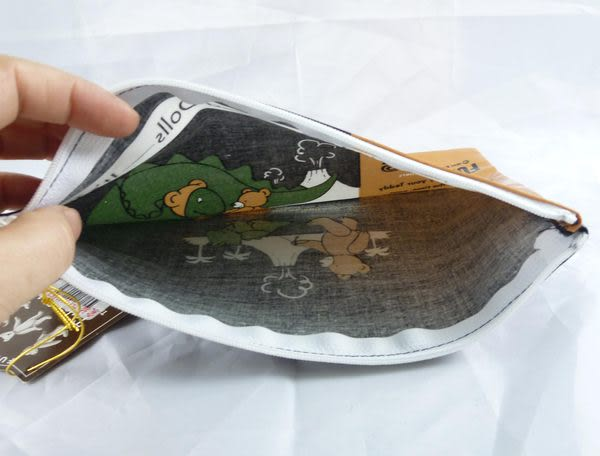 【震撼精品百貨】日本泰迪熊 ~ 防水扁平化妝包『熊與恐龍』