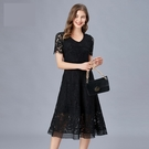 中大尺碼洋裝 蕾絲刺繡短袖A字黑色俏麗連...