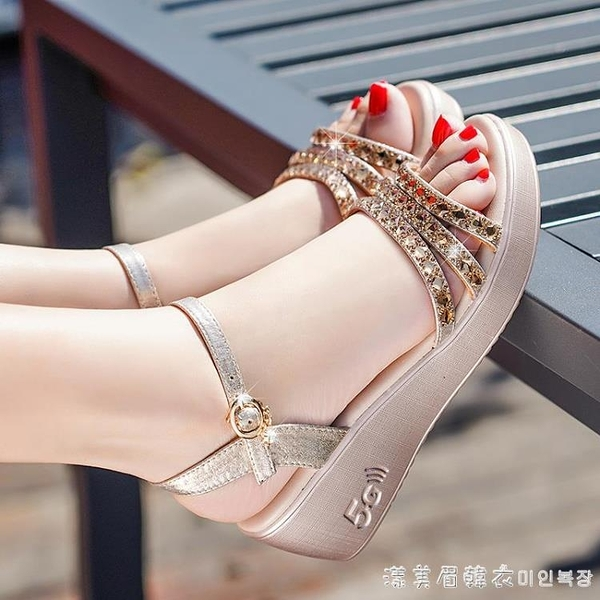 足意爾康2021夏季新款坡跟涼鞋女仙女風百搭水鑚厚底鬆糕高跟女鞋 美眉新品