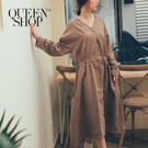 Queen Shop【01084716】絨面V領收腰排釦長洋裝 兩色售*現+預*