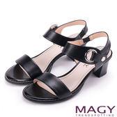 MAGY 摩登時尚 氣勢圓環繫帶一字粗跟涼鞋-黑色