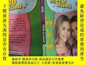 二手書博民逛書店mary-kate罕見and ashley two of a kind 瑪麗·凱特和艾希禮是一對Y200392