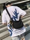潮牌斜背包男士帆布包側背包男生輕便百搭背包小挎包日繫斜背包包