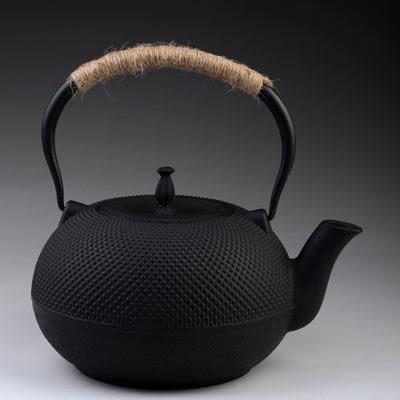 日本鐵壺-1.8L顆粒黑點鑄鐵茶壺61i3【時尚巴黎】