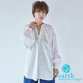 「Hot item」素面寬鬆V領落肩長版襯衫上衣 - earth music&ecology
