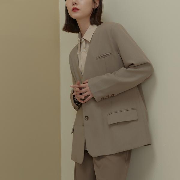 Queen Shop【02030437】質感V領造型微墊肩西裝外套*現+預*