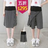 【五折價$295】糖罐子韓品‧條紋接片縮腰褲裙→黑底白 現貨【KK5219】