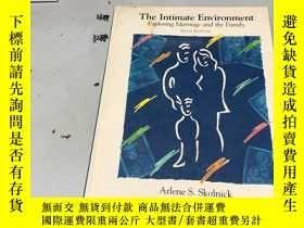 二手書博民逛書店英文原版:The罕見Intimate Environment: Exploring Marriage and th