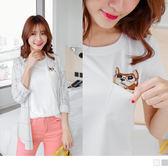 OrangeBear《AB2317》素色刺繡貓咪單口袋設計棉感上衣.2色--適 XL~5L