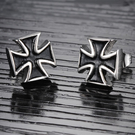 《QBOX 》FASHION 飾品【E100N276】精緻個性立體染黑十字架鈦鋼插式耳環(防過敏)