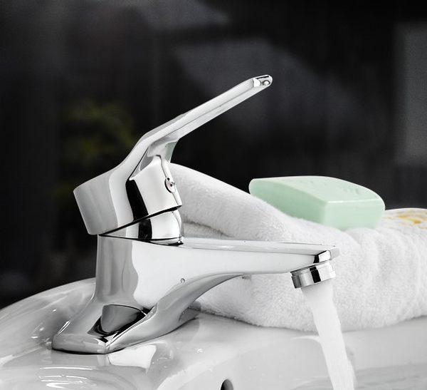 水龍頭 單槍雙孔 冷熱出水 洗臉盆 面盆 附起泡器 出水綿密不噴濺 高質感銅電鍍 型美質優耐用