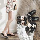 萬聖節狂歡   拖鞋女時尚女士一字拖平底花朵沙灘鞋外穿高跟厚底涼拖鞋夏季女鞋  無糖工作室