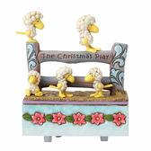 《Enesco精品雕塑》SNOOPY 糊塗塌克偽裝羊兒塑像聖誕音樂鈴-Christmas Chorus(Peanuts by Jim Shore)_EN91754