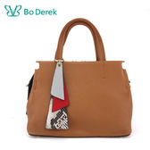 【Bo Derek 】幾何吊飾軟牛皮手提/斜背包-駝