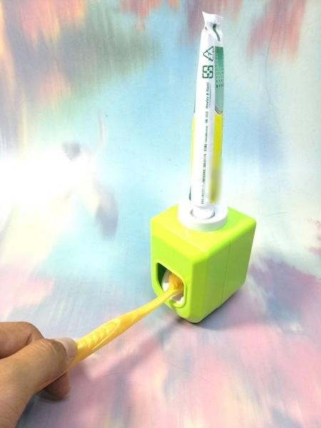 吸壁式牙膏擠壓器【LA020】NO135擠牙膏器《八八八e網購