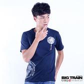 BIG TRAIN 家徽墨達人圓領短袖T-男-深藍