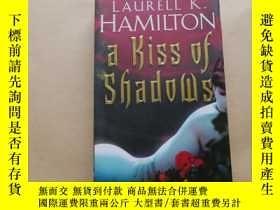 二手書博民逛書店A罕見Kiss Of Shadows (Meredith Gentry 1) By Laurell K Hamil