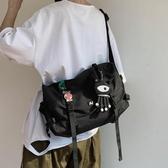 工裝斜背包包男潮牌挎包大容量學生書包嘻哈街頭個性潮酷單肩包背包[快速出貨]