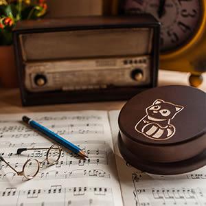 【生日禮物、紀念禮物、聖誕禮物】狸貓寶寶 旋轉木質音樂盒┇客製化生日禮物