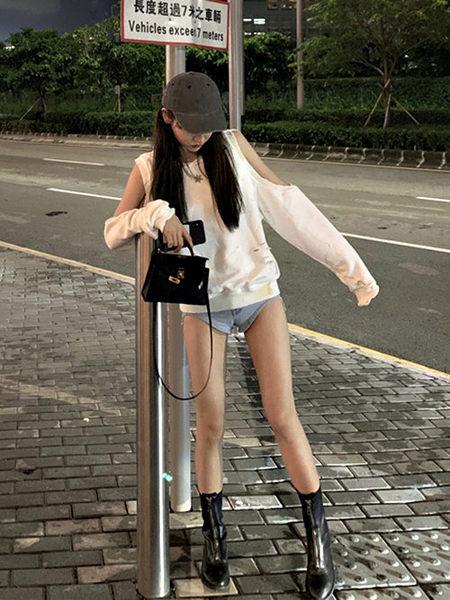 克妹Ke-Mei【ZT53911】boy男孩個性風噴漆個性感露肩造型t恤上衣