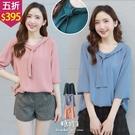 【五折價$395】糖罐子造型串結領純色雪紡上衣→預購【E57381】